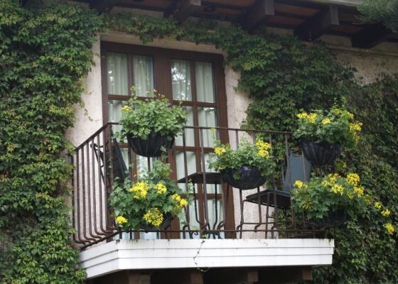 As varandas proporcionam espaços sombreados e abertos, bastante ventilados