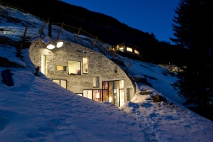 Casa de veraneio escavada em montanha estimula a fantasia - Iwan Baan