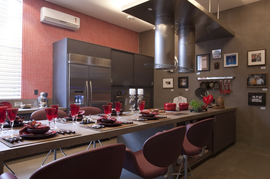 A cozinha criada por Cinthia Pimentel Duarte em homenagem a Claude Troisgros na Casa Cor SP 2010