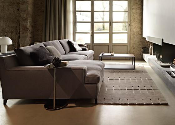 Sala ambientada com mobili�rio da italiana Arketipo, linha Malta, design de Gordon Guillaumier, e o tapete Parking, cria��o do escrit�rio japon�s Decoboco