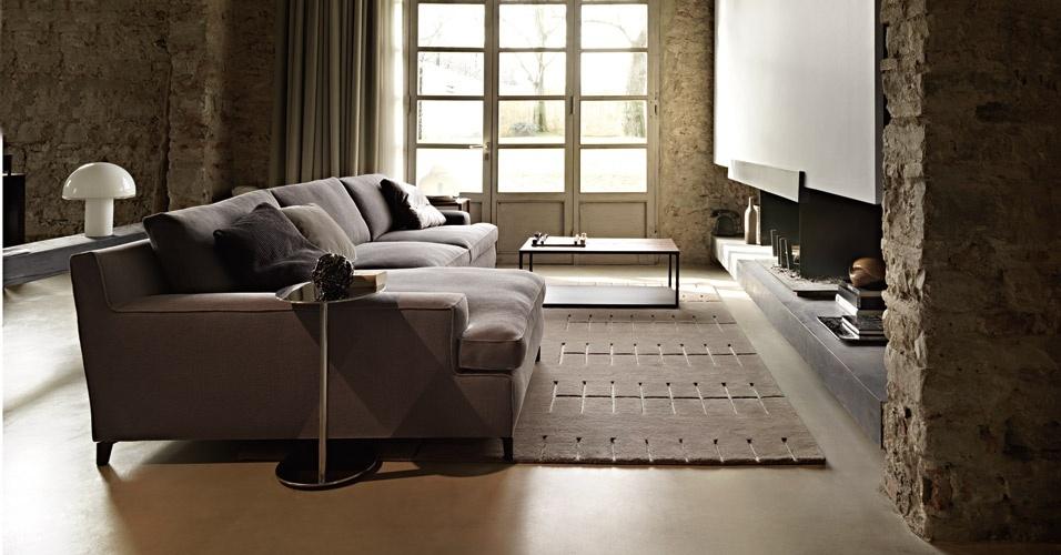 Sala ambientada com mobiliário da italiana Arketipo, linha Malta, design de Gordon Guillaumier, e o tapete Parking, criação do escritório japonês Decoboco