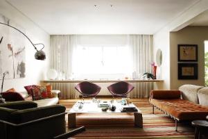 """Apartamento tem ambientes integrados e """"floresta"""" com jabuticabeiras - Alexandre Kissajikian / Divulgação"""
