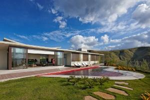 Terreno com 10 m de desnível acomoda casa térrea e galeria de arte - Jomar Bragança / Divulgação