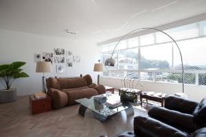 Portas de correr e ambientação sóbria ampliam apartamento de 220 m² no Rio de Janeiro - André Vieira / Divulgação