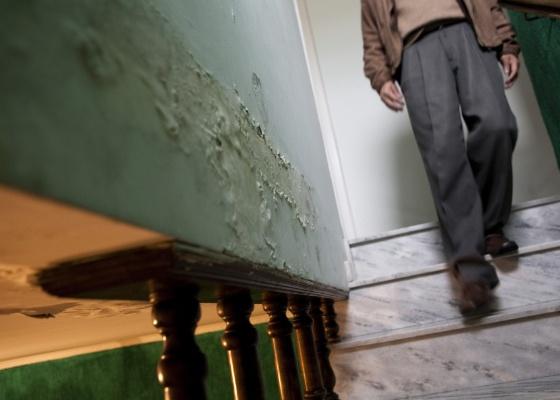 Al�m das infiltra��es que v�m de cima (telhado e laje) h� as infiltra��es que v�m de baixo. Na hora de construir a sua casa, preste bastante aten��o � umidade que vem do solo