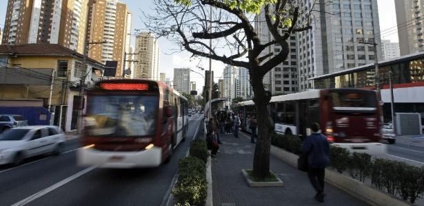 Dos 150 km de corredores de ônibus prometidos, apenas 37 km estão em obras