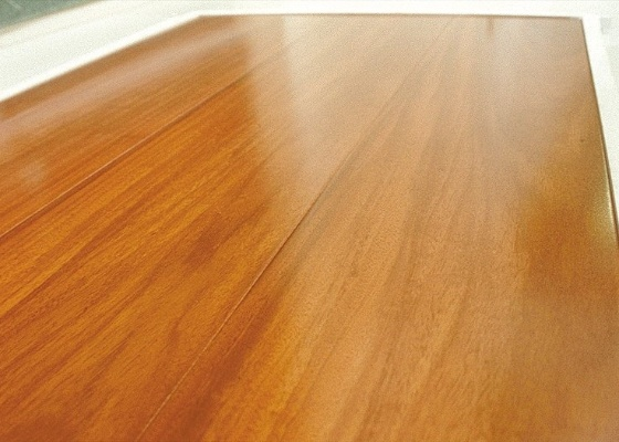 O carpete de madeira trata-se de uma folha de madeira natural, bastante fina, colada e prensada a uma base de madeira processada, como compensado, aglomerado, mdf ou similares