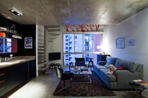 Com paredes pretas e cimento queimado, apartamento de 55 m² tem estilo industrial - Fernanda Petelinkar/Divulgação