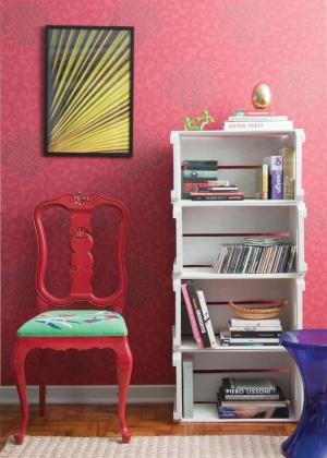 Na sala decorada pelo designer Fábio Galeazzo, cadeira reformada e estante feita de caixotes