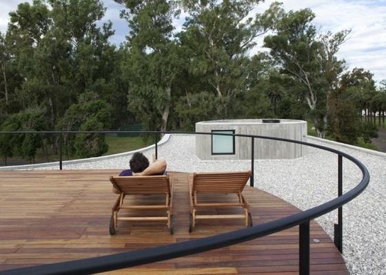 Instalar um jardim sobre a laje de cobertura é uma forma eficiente de promover o isolamento térmico e acústico da casa. Na foto, Casa View, de Johnson Marklee e Diego Arraigada