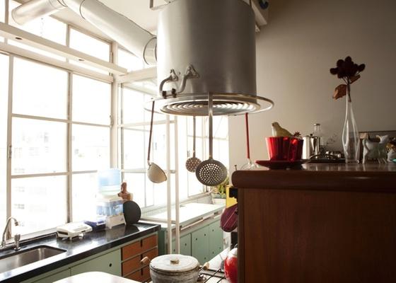 Transformar o uso de um objeto cria um ponto focal e divertido na decora��o. Na foto, coifa feita com caldeir�o, em proposta do arquiteto Marco Donini