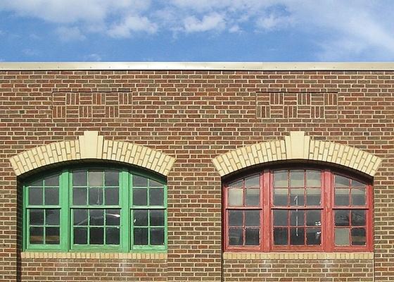 O tijolo de barro maci�o � milenar, mas existe uma grande diferen�a entre construir uma casa estruturalmente com tijolos aparentes e revestir uma constru��o com eles