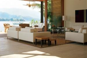 Em casa de praia, a decoração discreta não concorre com a paisagem - Alain Brugier / Divulgação