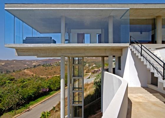 Casa em Nova Lima (MG), projeto do arquiteto Humberto Hermeto, com estrutura de concreto aparente e fechamentos de vidro