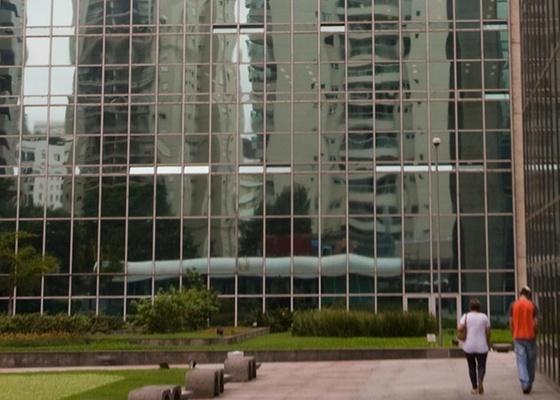 Conjunto de prédios da Caixa Econômica Federal, na Avenida Paulista, em São Paulo (SP). Vidros espelhados são comuns nas fachadas de edifícios comerciais