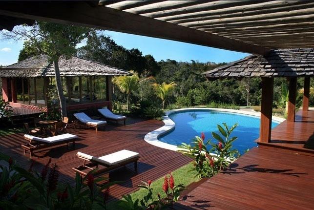 Área de lazer com piscina na Casa Terra Vista, obra de Luciano Soares