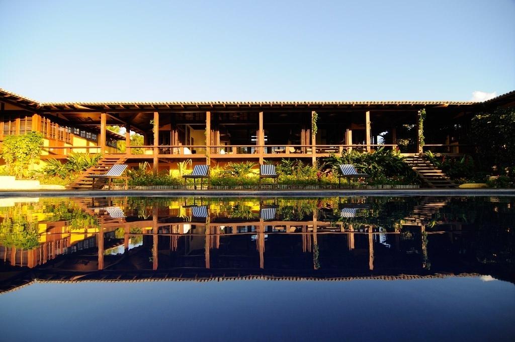 Fachada e piscina da Casa em Trancoso, que tem projeto de interiores do escritório novaiorquino Sixx Design