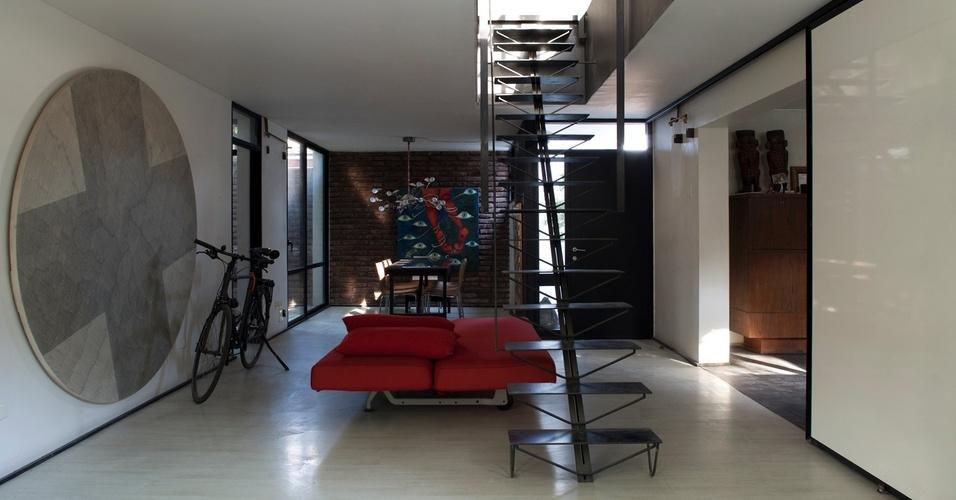 Espaço de estar e hall de escada da Casa Estúdio do arquiteto chileno Mathias Klotz, em Santiago
