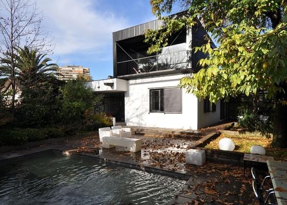 O arquiteto chileno Mathias Klotz ampliou a própria casa, originalmente térrea, em 140 m², acrescentando um subsolo e mais tarde o pavimento superior
