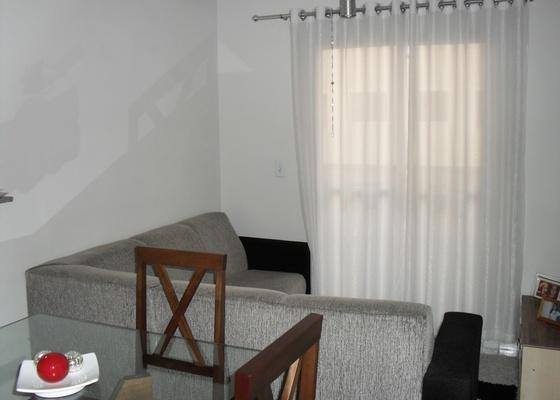Sala da leitora Patr�cia Zambolli com sof� em L e mesa de jantar com quatro cadeiras