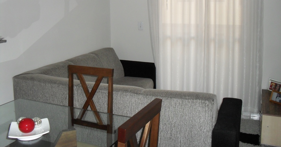 Sala do apartamento da leitora Patrcia Zambolli com sof em L e mesa de jantar com quatro cadeiras