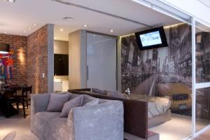 Loft de 54 m² tem ambientes delimitados mesmo sem divisões - Adriana Barbosa/Divulgação