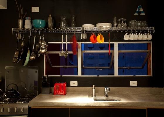 Prateleiras aramadas são de fácil instalação e, com simples ganchinhos, dá para pendurar panelas na estrutura. No foto, detalhe da cozinha do apartamento reformado por Marcel Steiner