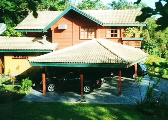 Apesar de haver muitas garagens totalmente fechadas em algumas resid�ncias, uma simples cobertura j� � suficiente para proteger os carros das intemp�ries, facilitando a ventila��o