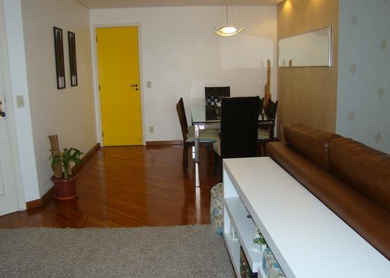 A porta de entrada do apartamento da leitora Juliana Figueiredo. Para o colunista de decora��o Marcel Steiner, a cor amarela foi uma �tima escolha. Deixou o ambiente mais jovem e descolado