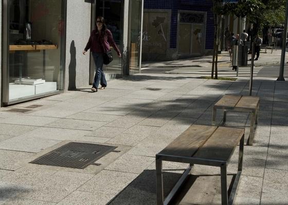 Na rua Oscar Freire, no bairro de Cerceira C�sar, em S�o Paulo, um projeto de reurbaniza��o determinou a execu��o de cal�adas uniformes, feitas de placas de concreto