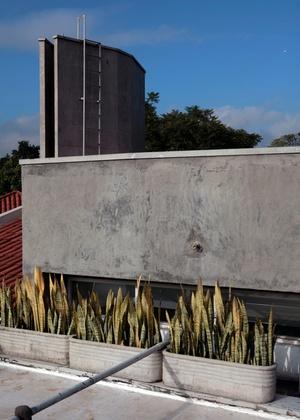 Caixa d'�gua de concreto. Quanto maior a capacidade do reservat�rio, mais resistente deve ser, o que implica mais peso sobre a estrutura da constru��o, que deve ser dimensionada para suportar a carga