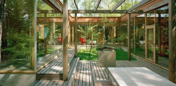 Pátio interno da Villa Lena projetada por Olavi Koponen, Finlândia. Projeto está exposto no MAM