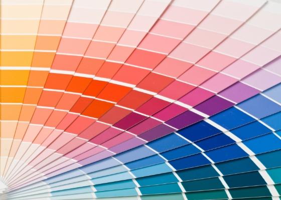 Para n�o errar na combina��o de cores, o ideal � partir de uma base neutra, paredes e estofados em tons de cinza e bege, e acrescentar o colorido em objetos de decora��o e arte
