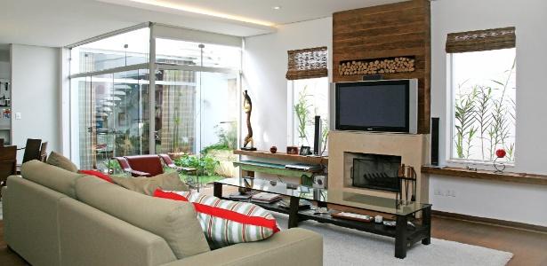 decoracao de interiores de sobrados:sala-de-estar-com-lareira-e-jardim-de-inverno-de-sobrado-reformado-por
