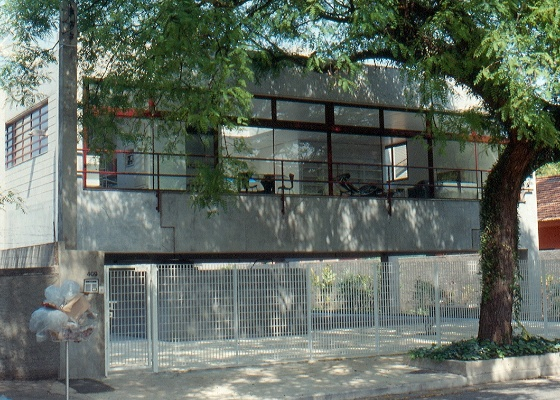 A casa Gerassi (1989-1991), obra do arquiteto Paulo Mendes da Rocha, em S�o Paulo, foi constru�da com elementos pr�-fabricados de concreto