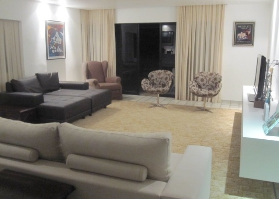 Mesmo que o ambiente seja amplo, decorador aconselha fechar o círculo do estar/sala de TV para que a dinâmica social da casa não seja comprometida