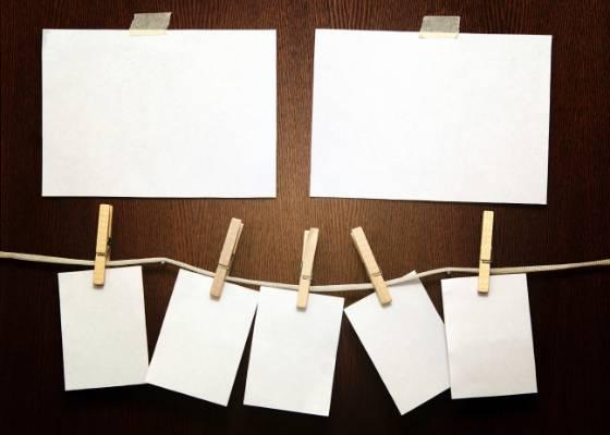 Uma boa ideia para compor um painel de fotos é usar fios de barbante presos na parede<br> e pendurar as fotos com pregador de roupa. Fica fácil de renovar e dá um efeito divertido