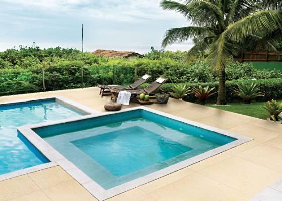 O piso na �rea em torno da piscina deve ser revestido com materiais at�rmicos, ou seja, que n�o esquentem, e antiderrapantes. Na foto, porcelanato da linha Material Design, da Portobello