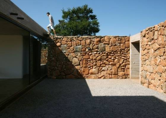 Muros de arrimo podem ser constru�dos com concreto, blocos de concreto ou cer�micos,<br> com ou sem estrutura met�lica e at� com pedras. O importante � que o sistema construtivo<br> e o formato sejam bem calculados para impedir que ocorra um deslizamento de terra