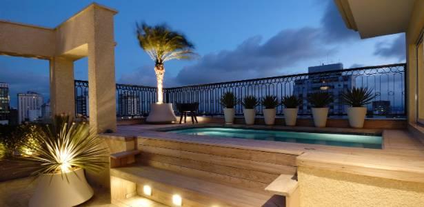 deck jardim copacabana:Flexível, apartamento de 230 m² tem ambientes integrados por portas