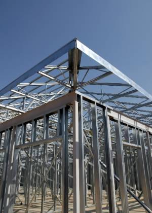 """O <i>light steel frame</i> é composto por perfis leves<br> de aço galvanizado dobrados a frio que formam<br> uma """"gaiola"""" onde os outros componentes da construção são anexados"""