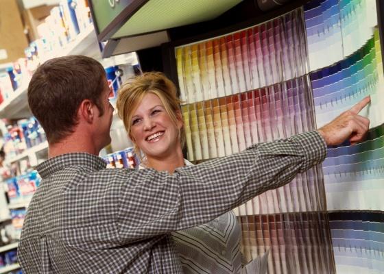 """O efeito da cor na parede pode ser surpreendente em relação às amostras e tabelas de um catálogo; assim, compre a menor embalagem disponível de cada """"candidata"""" e teste no local"""