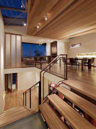 Vista a partir da escada de ligação entre os pavimentos, o amplo ambiente de estar é todo integrado. A casa de Gerry Agosta e Lisa Moresco, em San Francisco, teve de ser reconstruída depois de um incêndio