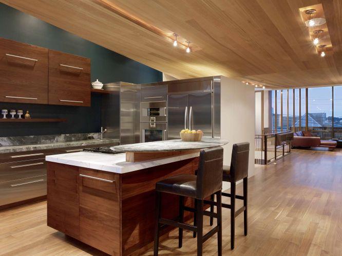 A cozinha foi ampliada e graças à planta aberta (isto é, sem interferência de pilares e paredes divisórias) integra-se ao restante da área social da residência de Gerry Agosta e Lisa Moresco, em San Francisco, Califórnia. A casa teve de ser reconstruída depois de um incêndio