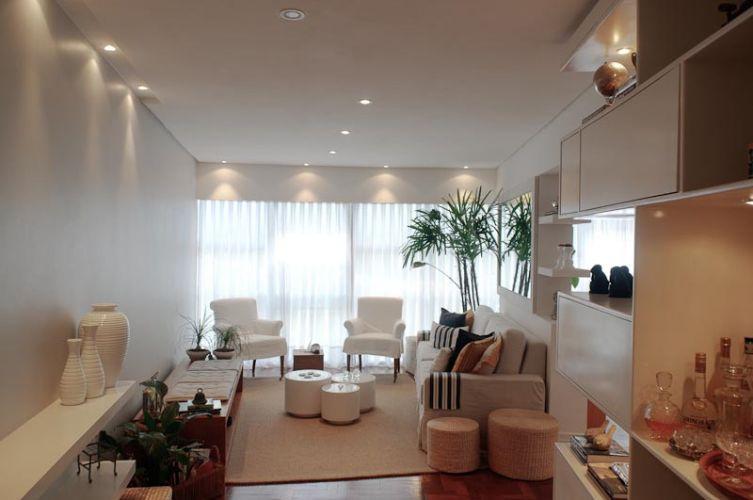 Tons de branco e cru predominam nos revestimentos e objetos de decoração. Neutros, proporcionam um estilo refinado aos ambientes