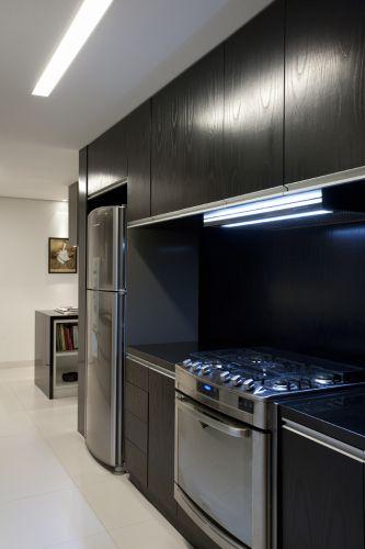 Na cozinha usada pela empregada os eletrodomésticos estão embutidos nos armários, racionalizando o espaço