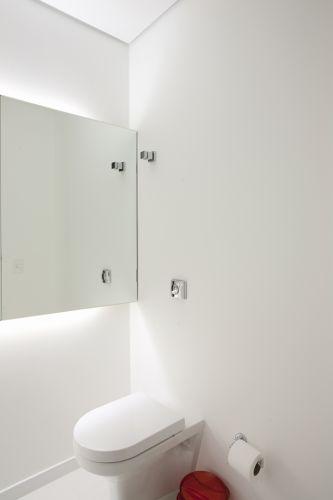 No lavabo, o espelho afastado da parede da Vidraçaria Polividros recebeu iluminação traseira