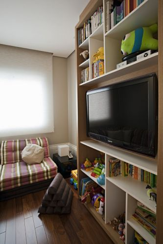 Executada pela marcenaria Detalhe e Entalhe, a estante da sala íntima combina freijó natural e com acabamento em laca branca. O futon, da Futon e Cia, pode ser ?desmontado? e forrar todo o chão, proporcionando maior conforto