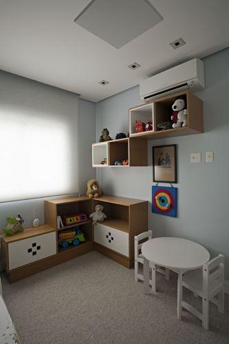 No quarto do menino, mesinha e cadeira da Tok&Stok; nichos de madeira (freijó natural e com acabamento de laca branca) produzidos pela marcenaria Detalhe e Entalhe, e cortina de enrolar da TPS. No piso, carpete da Carpet Express