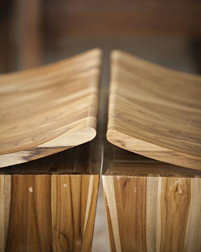 Detalhe do encontro dos bancos de madeira de reflorestamento, da Gallery